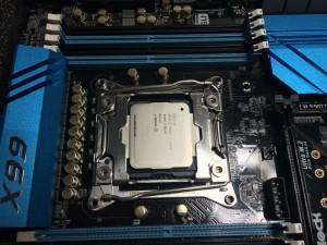 Beim Einbau der CPU kann dank eindeutiger Passung nichts schief gehen - sofern man auf Gewalt verzichtet.
