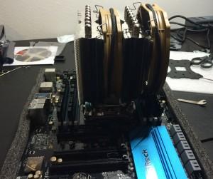 Fertig vorbereitetes Mainboard, mit CPU, Speicher und CPU Kühler